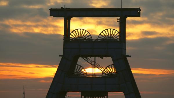 Das Ruhrgebiet. Ein Förderturm vor einem Sonnenuntergang.